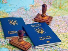 Чи потрібно змінювати закордонний паспорт при зміні прізвища?