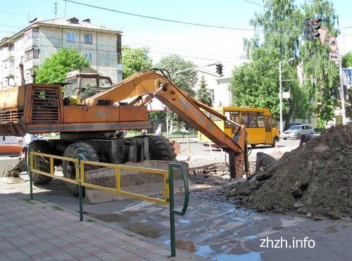 У Житомирі перекритий проїзд по ул.Мануільского, там ремонтують колектор 1960-го року. ФОТО