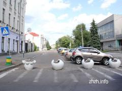 В'їзд на Михайлівську в Житомирі перекрили клумбами. ФОТО