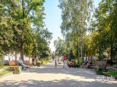В Житомирі новими лавками і ліхтарями упорядковують Старий бульвар. ФОТО