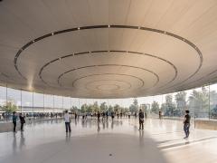 За проектом бюро Foster + Partners збудували скляний театр Стіва Джобса