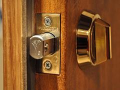 Що робити, якщо зачинилися вхідні двері?